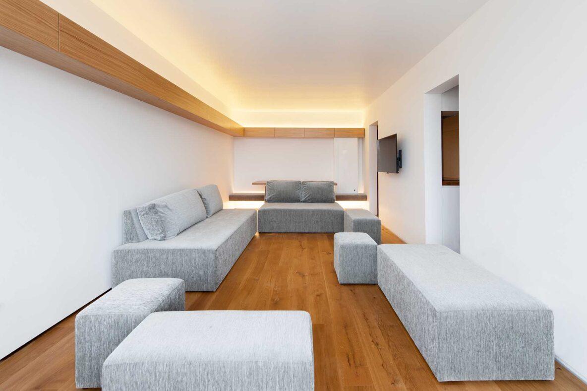 Ob posebnih priložnostih se inovativna sedežna garnitura razstavi v več sedišč in tako dnevna soba lahko gosti večje število ljudi