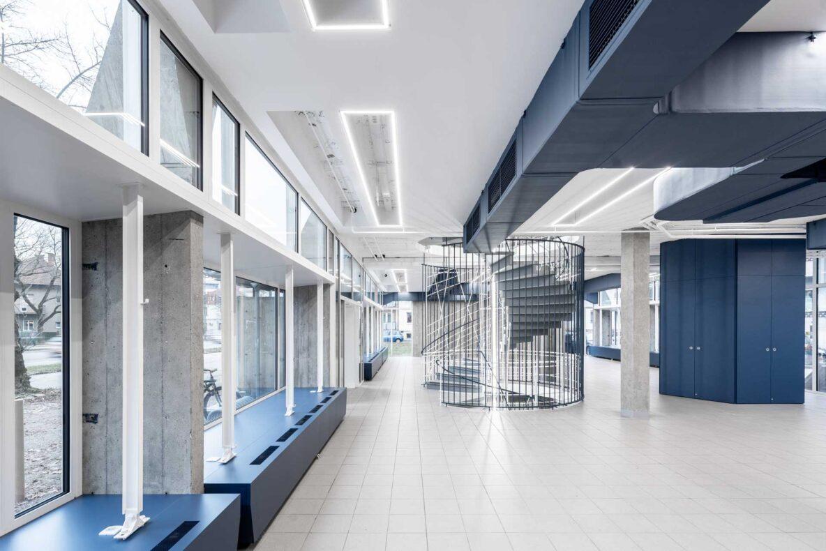 ob vstopu v objekt se najprej srečamo z impozantnim stopniščem in odprtim tlorisom, ki omogoča stalno prilagajanje prostora