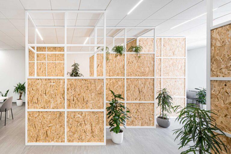 pravokotna mreža tipičnega pisarniškega stropa je narekovala mrežo pohištva